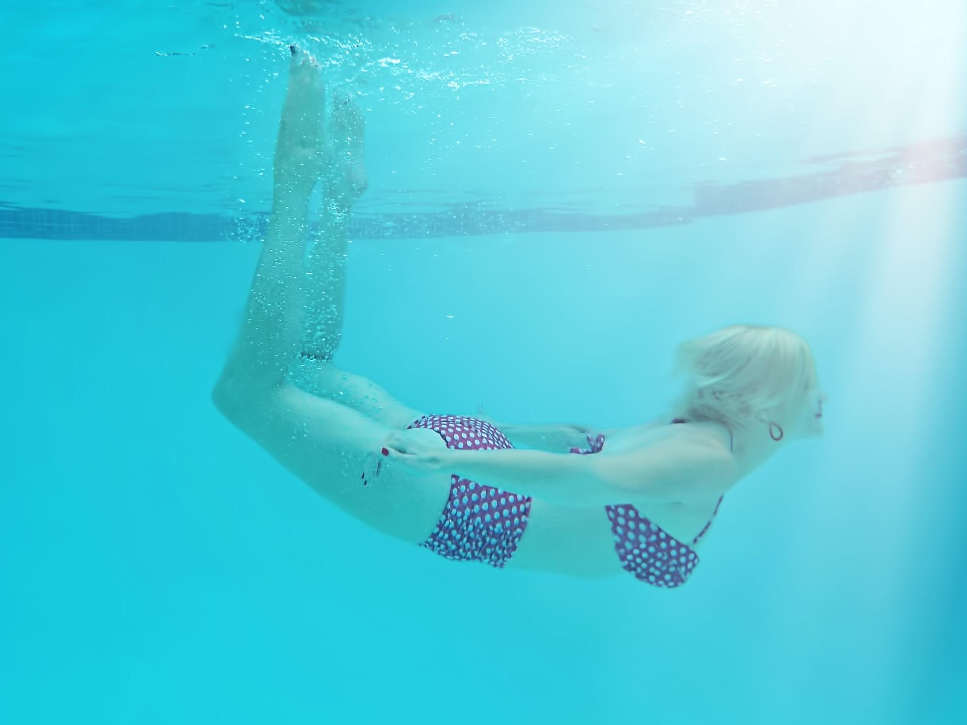 woman-underwater-842135_1920-1497041766948.jpg